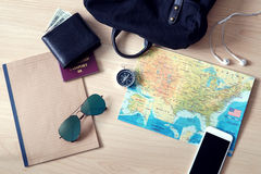 Artículos del viaje; móvil, gafas de sol, pasaporte etc Fotografía de archivo libre de regalías
