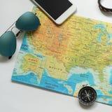 Artículos del viaje, teléfono, reloj, compás, mapa, gafas de sol Fotos de archivo libres de regalías