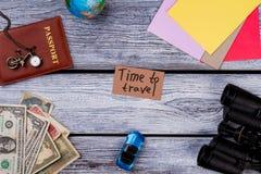 Artículos del viaje y de las vacaciones en la tabla Fotografía de archivo