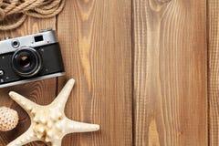 Artículos del viaje y de las vacaciones en la tabla de madera Foto de archivo