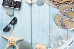 Artículos del viaje y de las vacaciones en la tabla de madera Fotografía de archivo libre de regalías