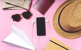 Artículos del viaje y de las vacaciones en la tabla Endecha plana Fotografía de archivo libre de regalías