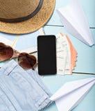 Artículos del viaje y de las vacaciones en la tabla Endecha plana Imagenes de archivo