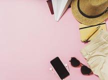 Artículos del viaje y de las vacaciones en la tabla Endecha plana Foto de archivo libre de regalías