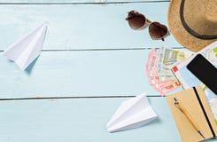 Artículos del viaje y de las vacaciones en la tabla Endecha plana Imagen de archivo libre de regalías