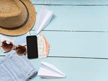 Artículos del viaje y de las vacaciones en la tabla Endecha plana Foto de archivo
