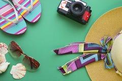 Artículos esenciales de las vacaciones de verano Imagen de archivo libre de regalías