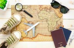 Artículos esenciales del verano del viaje El pas del mapa del árbol del cuaderno Fotos de archivo libres de regalías