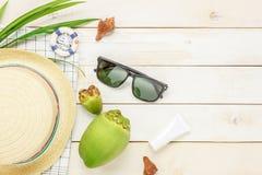 Artículos esenciales del verano del viaje El sombrero del coco del sunblock Fotos de archivo