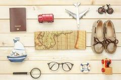 Artículos esenciales del verano del viaje La mujer calza el cuaderno Foto de archivo libre de regalías