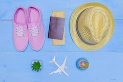 Artículos esenciales del viaje de la visión superior mapa, pasaporte, aeroplano, w azul Imagenes de archivo