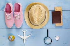 Artículos esenciales del viaje de la visión superior mapa, pasaporte, aeroplano, w azul Imagen de archivo libre de regalías