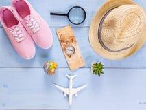 Artículos esenciales del viaje de la visión superior mapa, pasaporte, aeroplano, w azul Imágenes de archivo libres de regalías