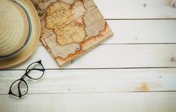 Artículos esenciales del viaje El eyeg del hombre del ` s del sombrero del pasaporte del mapa Foto de archivo