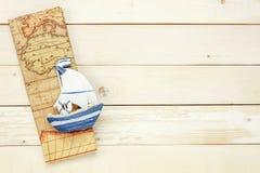 Artículos esenciales del viaje El mapa del barco en b de madera blanco Fotos de archivo libres de regalías