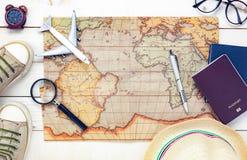 Artículos esenciales del viaje El pasaporte a del mapa del cuaderno del zapato Foto de archivo libre de regalías