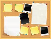 Artículos fijados a un tablero de mensajes del corcho con el marco de madera Foto de archivo libre de regalías