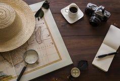 Artículos, mapa y café del viaje en la sobremesa fotografía de archivo