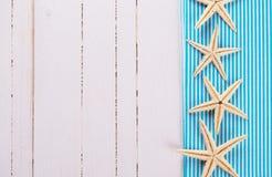 Artículos marinos en fondo de madera fotos de archivo