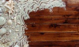 Artículos marinos en fondo de madera El mar se opone - las conchas marinas, corales en tablones de madera Todavía de la playa vid Fotos de archivo libres de regalías