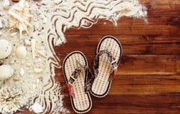Artículos marinos en fondo de madera El mar se opone - las conchas marinas, corales en tablones de madera Todavía de la playa vid Foto de archivo