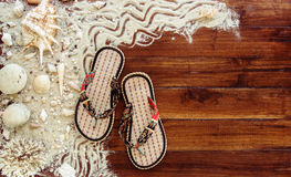 Artículos marinos en fondo de madera El mar se opone - las conchas marinas, corales en tablones de madera Todavía de la playa vid Fotos de archivo