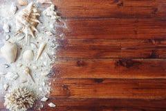 Artículos marinos en fondo de madera El mar se opone - las conchas marinas, corales en tablones de madera Todavía de la playa vid Imagen de archivo libre de regalías