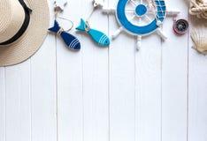 Artículos marinos en fondo de madera Objetos del mar: sombrero de paja, traje de baño, pescado, cáscaras Endecha plana, espacio d fotografía de archivo