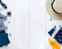Artículos marinos en fondo de madera Objetos del mar: sombrero de paja, traje de baño, pescado, cáscaras Endecha plana, espacio d fotos de archivo libres de regalías
