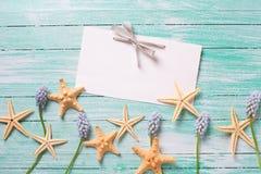 Artículos marinos, flores y Empty tag en fondo de madera Foto de archivo libre de regalías