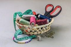 Artículos para coser en la cesta Fotografía de archivo libre de regalías