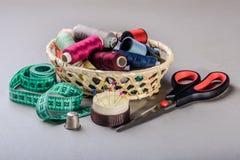 Artículos para coser en la cesta Fotos de archivo libres de regalías