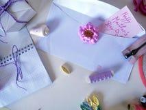 Artículos para coser y adornar un regalo, tonos en colores pastel del papel coloreado para el trabajo hecho a mano Imagenes de archivo