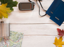 Artículos para el viaje con el mapa, pasaportes, equipm del viaje de GPS y el caminar Imagen de archivo