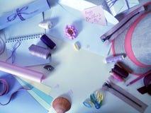 Artículos para la costura en un fondo ligero, preparación para el día del ` s de la madre Foto de archivo libre de regalías