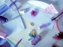 Artículos para la costura en un fondo ligero, preparación para el día del ` s de la madre Foto de archivo