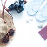 Artículos para las mujeres, concepto del verano del verano de la playa en blanco Foto de archivo libre de regalías