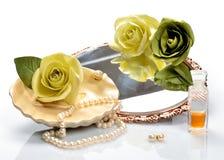Artículos para los cosméticos decorativos, el maquillaje, el espejo y las flores Imagenes de archivo