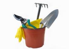 Artículos para los jardín-esquileos, pala, rastrillo, guantes de goma. Fotos de archivo libres de regalías