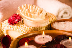 Artículos para los tratamientos del balneario Velas y flores secadas fragantes en agua, sal del mar, massager y toallas Imagen de archivo