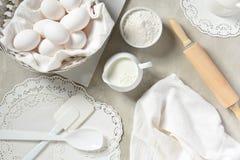 Artículos predominante blancos de la cocina para cocer foto de archivo