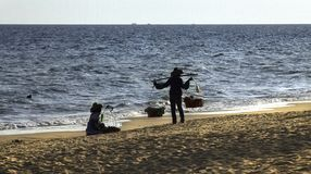 Artículos que llevan del vendedor de la playa en venta imagen de archivo