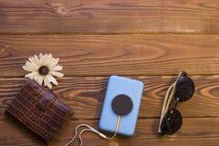 Artículos que viajan en un fondo de madera rústico Foto de archivo libre de regalías