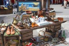 Artículos retros y del brocante en el mercado en Sineu, Mallorca, España Imagen de archivo