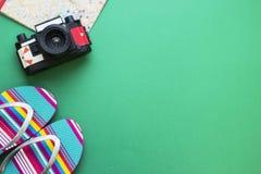 Artículos turísticos de la playa en fondo uno-coloreado Fotos de archivo