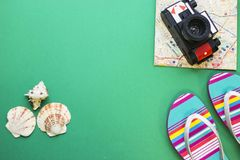 Artículos turísticos de la playa en fondo uno-coloreado Imagenes de archivo