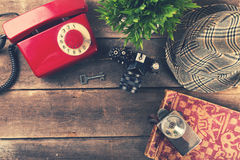 Artículos vintages y accesorios en la tabla de madera vieja Imagen de archivo libre de regalías