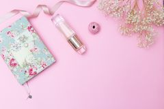 Artículos y accesorios del ` s de las mujeres en un fondo rosado Copie el espacio Fotografía de archivo libre de regalías