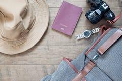 Artículos y accesorios del viaje con el dispositivo móvil en la madera Fotografía de archivo libre de regalías