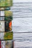 Artístico, artista, arte Mastehin usado de las brochas del artista en el fondo de madera Imagen de archivo libre de regalías